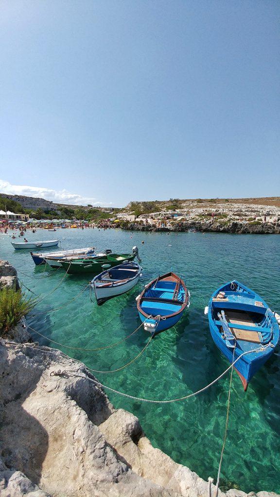 una serie di barche attraccate nella baia di Porto Badisco