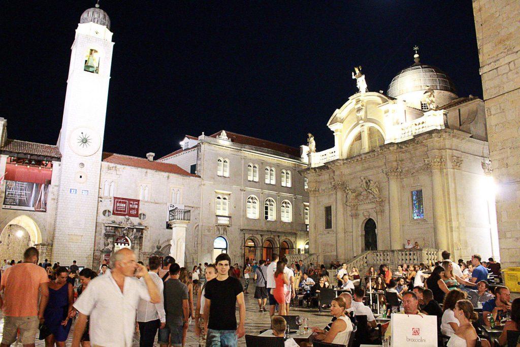 Piazza nel cuore di Dubrovnik in Croazia, piena di gente