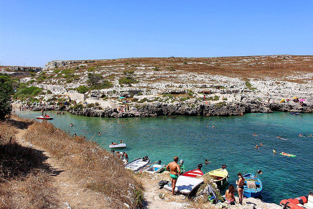 Porto Badisco con turisti che prendono il sole sugli scogli