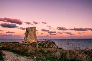 Torre Minervino al tramonto, situata tra Badisco e Santa Cesarea