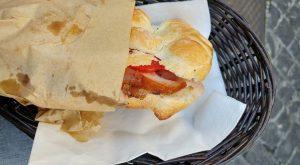 Un panino farcito con porchetta di Ariccia e pomodori, ecco cosa mangiarea Roma in tre giorni