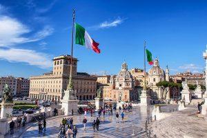 Altare della Patria fotografata dall'alto con sfondo delle bandiere che sventolano, ecco cosa vedere a Roma in tre giorni