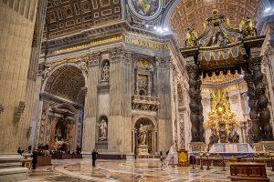 L'altare della Basilica di San Pietro con due statue, ecco cosa vedere a Roma in tre giorni