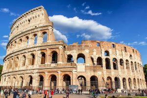 L'intero Colosseo fotografato dal basso, ecco cosa vedere a Roma in tre giorni