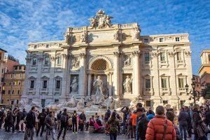 La fontana di Trevi con tante persone che scattano foto, ecco cosa vedere a Roma in tre giorni