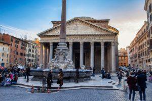 Vista frontale del Pantheon con al centro la fontana, ecco cosa vedere a Roma in tre giorni
