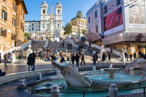 La fontana Barcaccia con alle spalle la scalinata di Piazza di Spagna, ecco cosa vedere a Roma in tre giorni