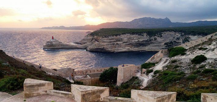 Tramonto sulla città di Bonifacio. Ecco perchè visitare la Corsica