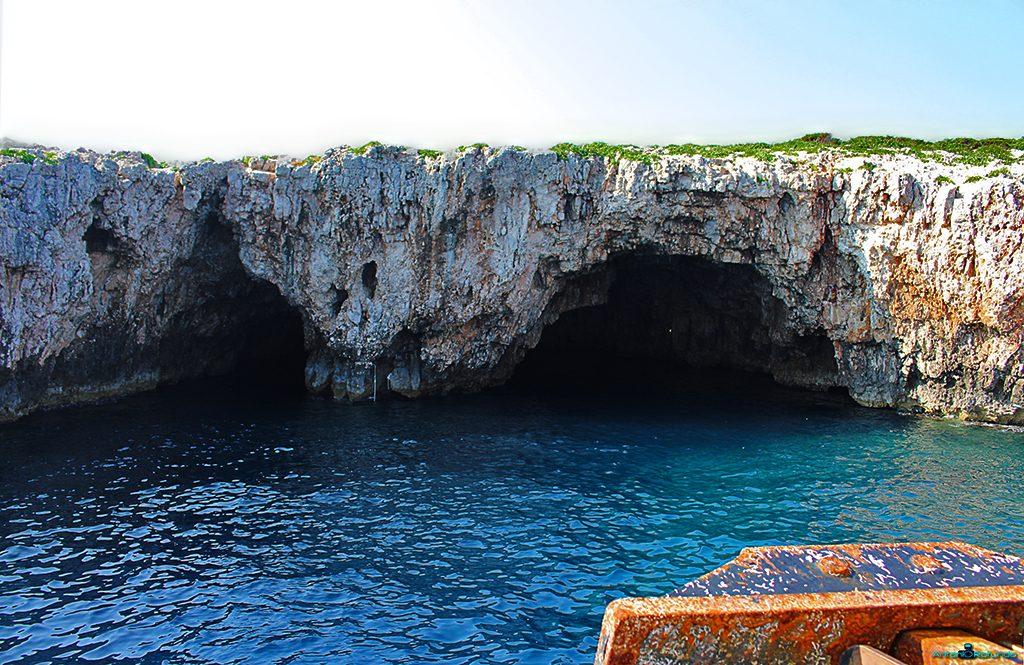 Due grotte viste da sopra una barca durante il mio viaggio in Croazia