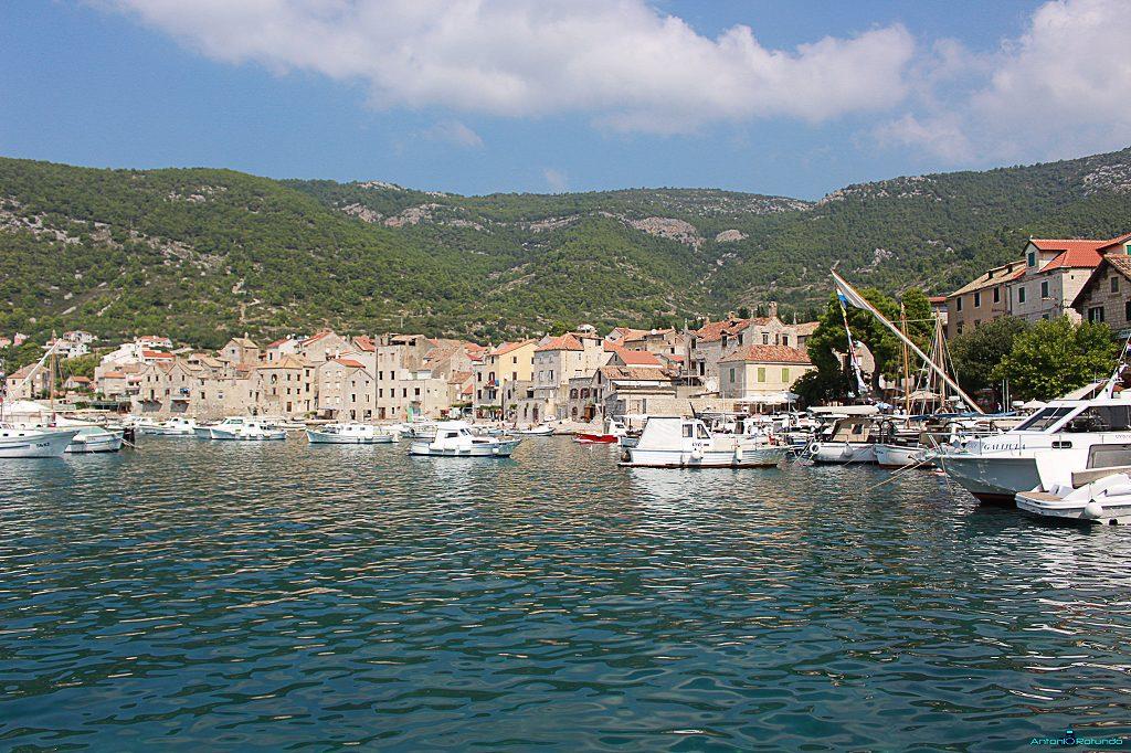 una serie di barche in acqua viste durante il mio viaggio in croazia