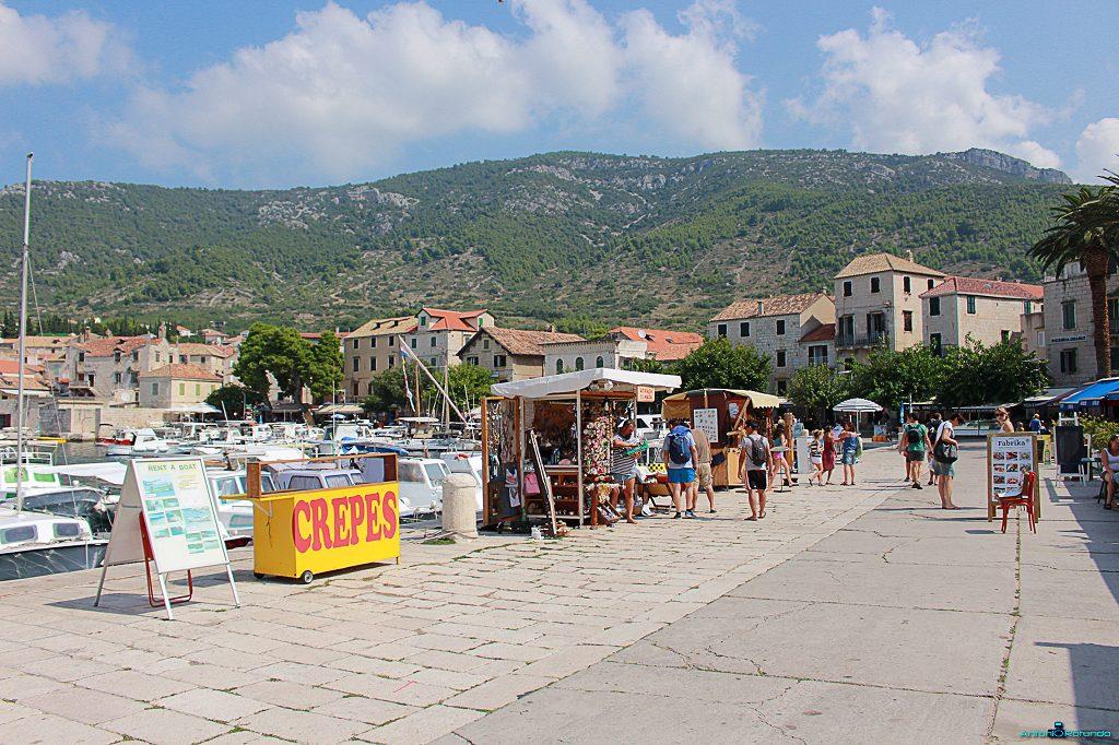 persone che passeggiano sul porticciolo di Komiza, durante il viaggio in Croazia