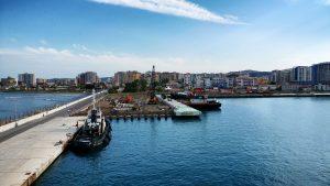 Il Porto di Valona con una nave mercantile, prima tappa del viaggio in Albania