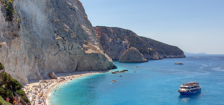 Una nave ancorata vicino Porto Katsiki, le più belle spiagge di Lefkada