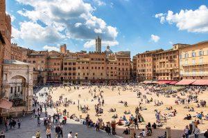 Piazza del Campo in una bella giornata di sole, ecco cosa vedere a Siena in un giorno