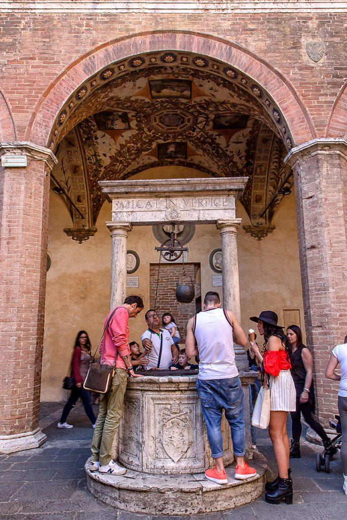 Pozzo nel cortile di palazzo Chigi Saracini, ecco cosa vedere a Siena in un giorno