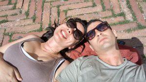 Due ragazzi sdraiati in Piazza del Campo che si chiedono cosa vedere a Siena in un giorno