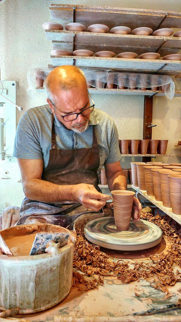 un ceramista che modella l'argilla sopra un tornio, ecco cosa vedere a San Gimignano