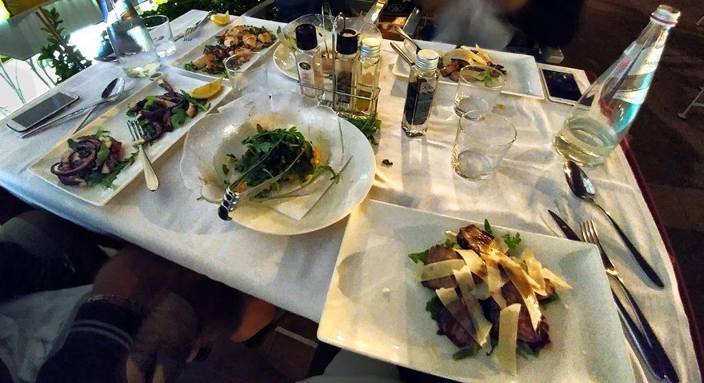 Quattro piatti su un tavolo ad una cena durante il viaggio in Montenegro