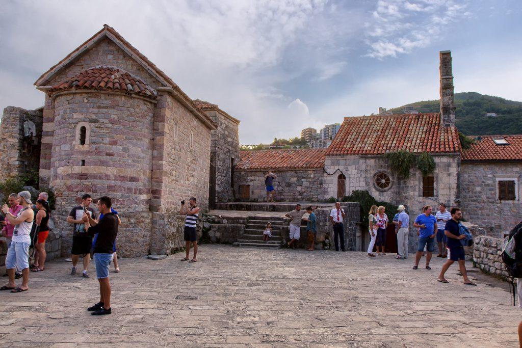 Piazzale nella città vecchia di Budva, una meraviglia del viaggio in Montenegro