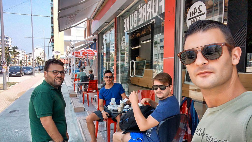 quattro ragazzi che fanno un selfie seduti in un bar durante il viaggio in Montenegro