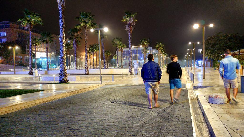 tre ragazzi che passeggiano nella piazza principale di Durazzo, durante il viaggio in Montenegro