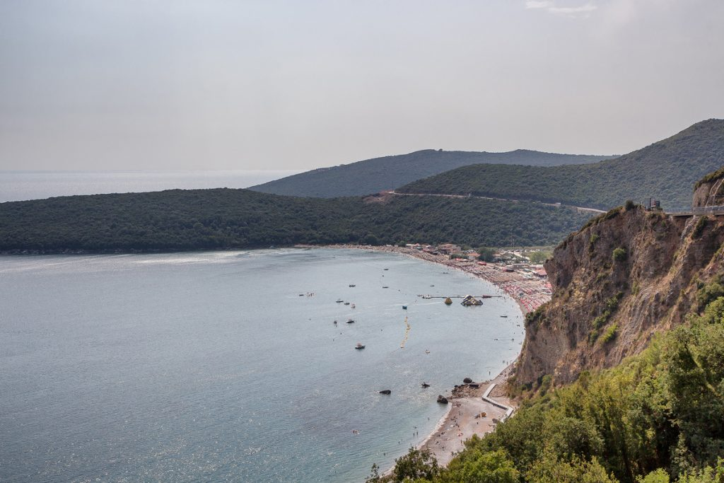 La spiaggia di Jaz vista dall'alto con le montagne sullo sfondo, uno scatto del mio viaggio in Montenegro