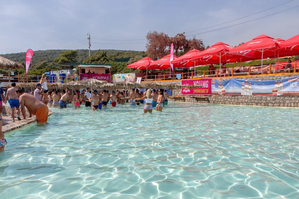 Piscina con dei tavolini nell'acqua vista durante il mio viaggio in Montenegro