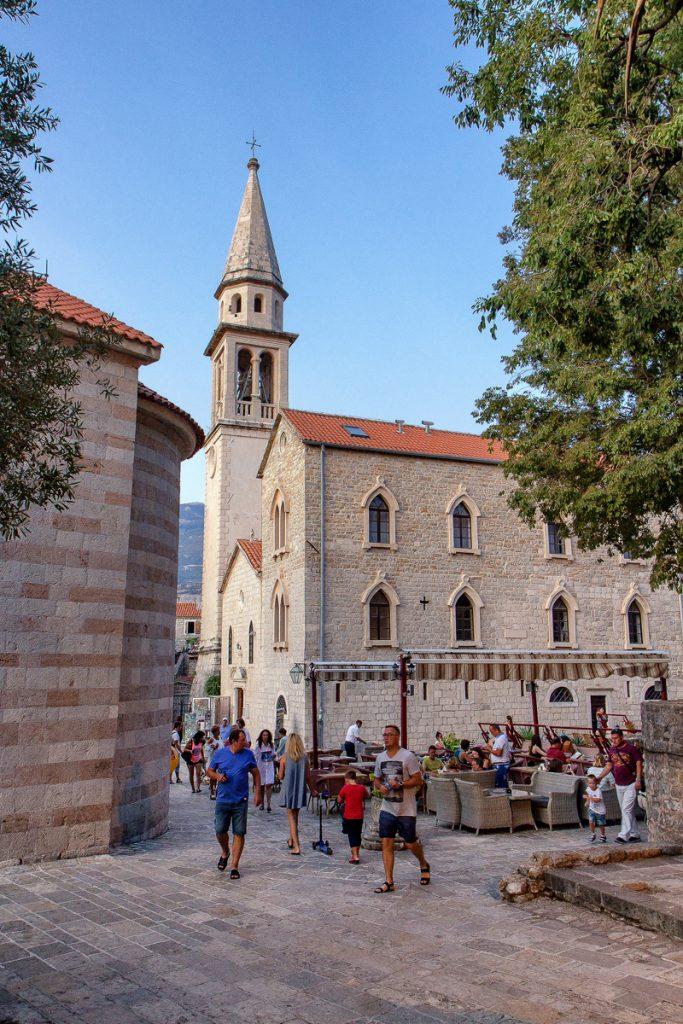 centro storico di Budva, persone che passeggiano, unbar pieno di gente, fotografia del mio viaggio in Montenegro