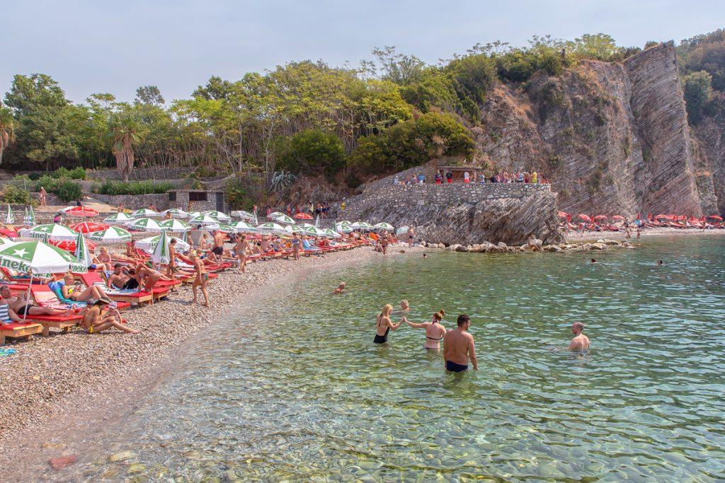 Spiaggia con ombrelloni e lettini, all'interno dell'isolotto di Sveti Nikola, una delle più belle viste durante il mio viaggio in Montenegro