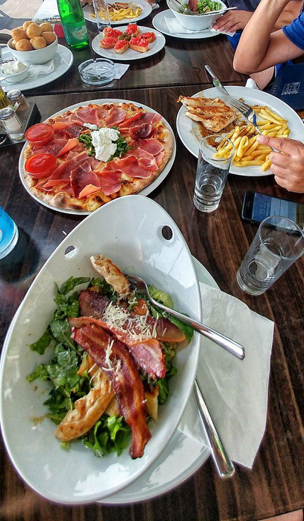 una tavolata con del cibo sopra, uno dei tanti pranzi durante il mio viaggio in Montenegro