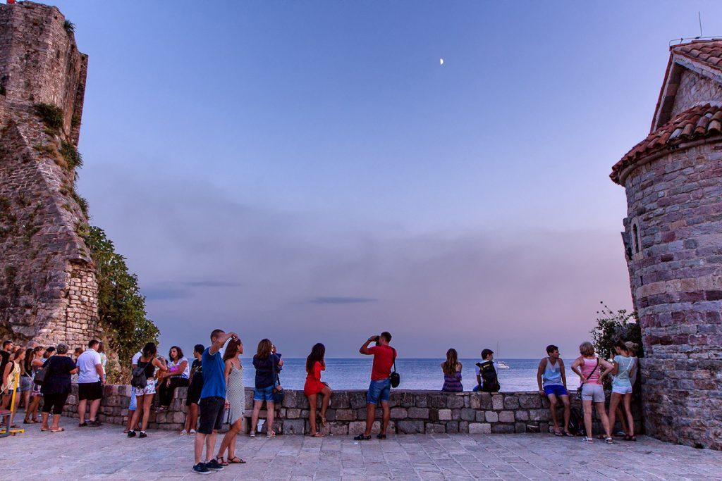 un gruppo di persone che ammira il tramonto a Budva, durante il mio viaggio in Montenegro