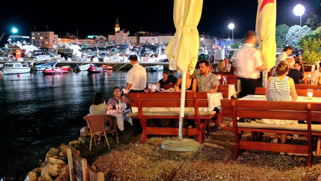 un locale con i tavoli sulla spiaggia scoperto durant eil mio viaggio in Montenegro