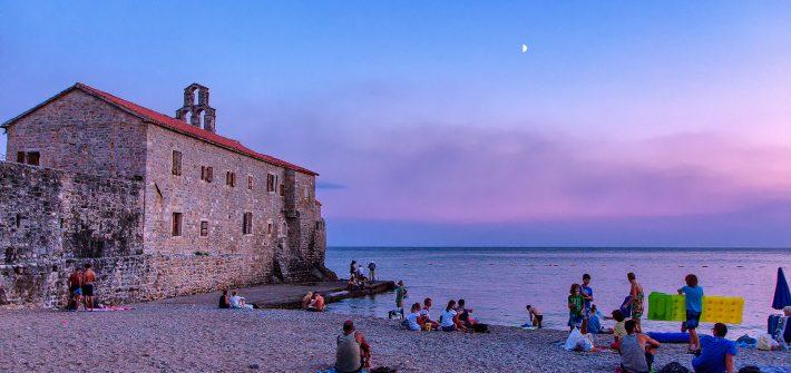 Tramonto sulla spiaggia di Budva, visto durante il viaggio in Montenegro