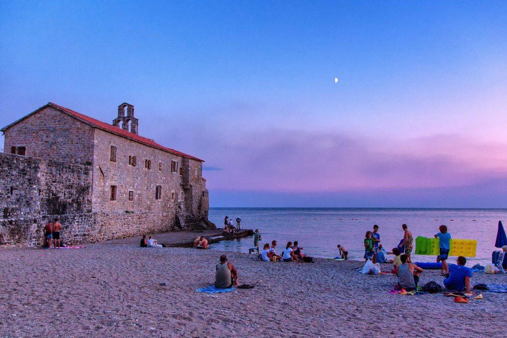 tramonto sulla spiaggia di Budva visto durante il mio viaggio in Montenegro