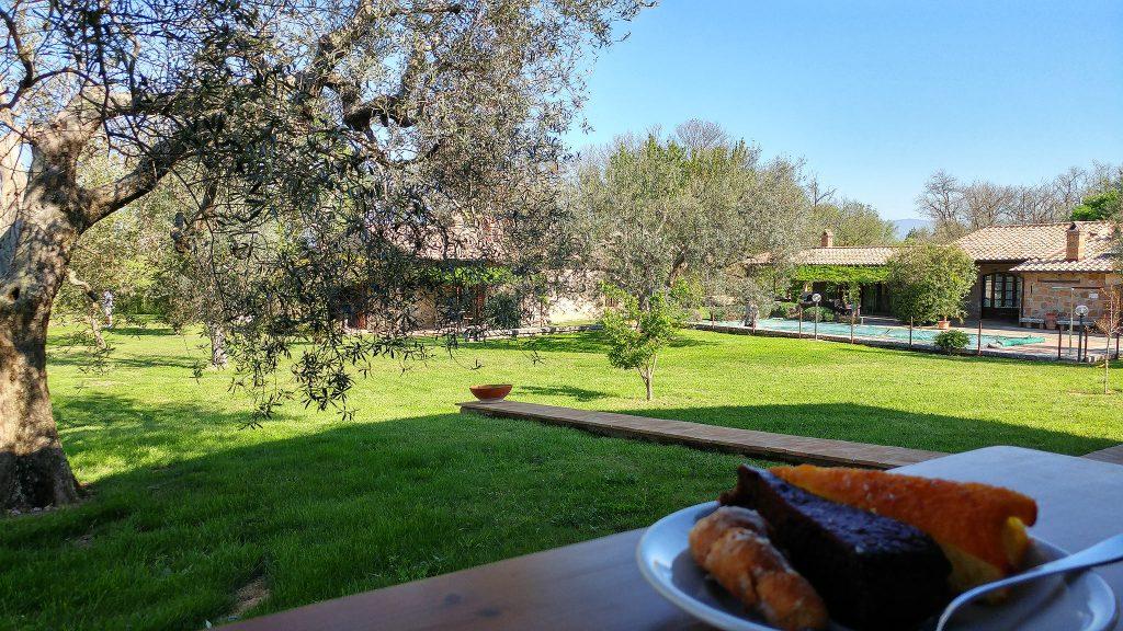 colazione servita all'aperto nell'agriturismo Villa Vacasio, ecco cosa vedere in Maremma