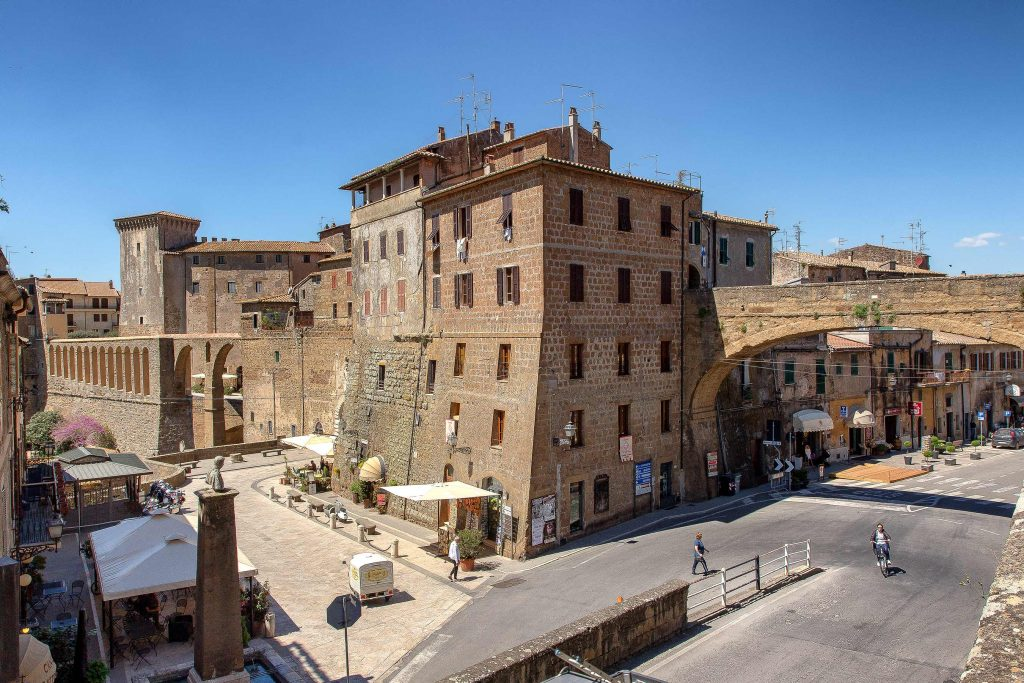 Strada di ingresso del centro storico di Pitigliano, ecco cosa vedere in Maremma