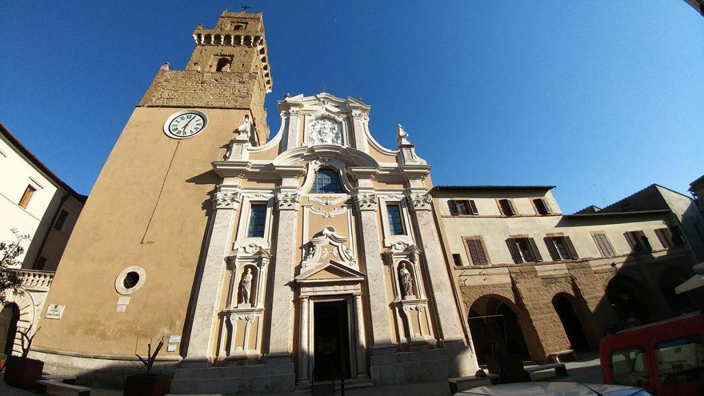 Cattedrale di Pitigliano con accanto la torre campanaria risalente al medioevo, ecco cosa vedere in Maremma