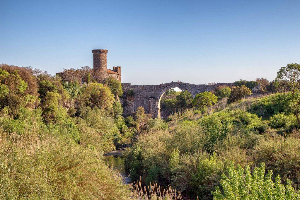 un castello e un ponte attraversato da un fiume, ecco cosa vedere in Maremma