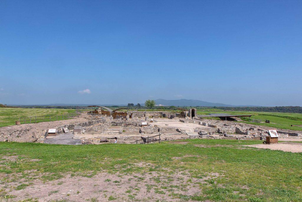 resti di un'antica costruzione etrusca all'interno del parco di Vulci. Ecco cosa vedere in Maremma