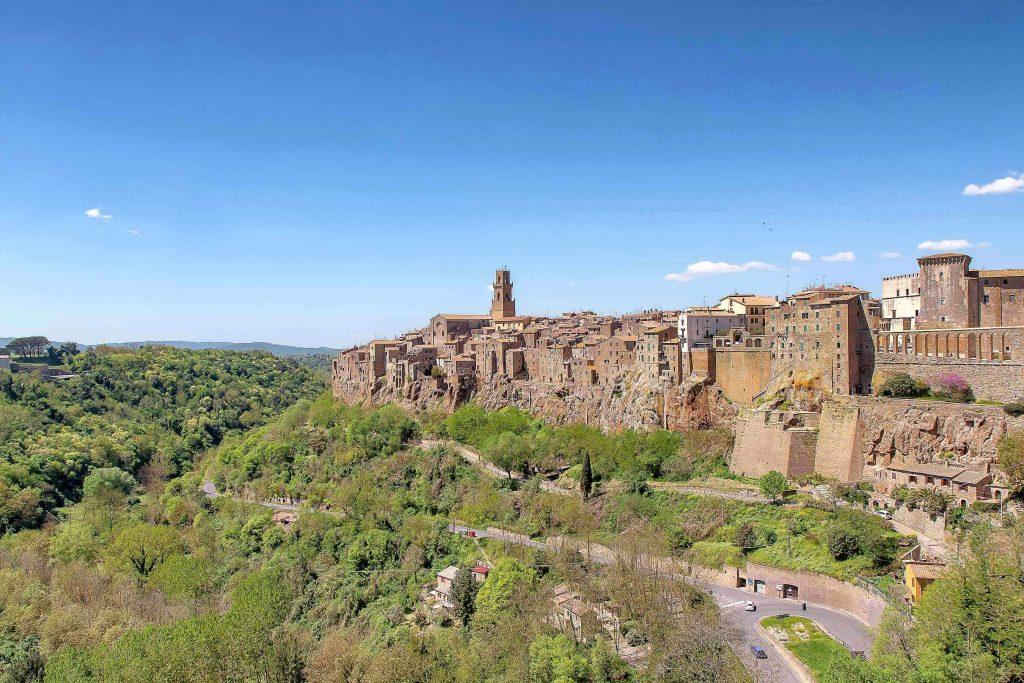Il borgo di Pitigliano costruito in verticale su uno strapiombo, ecco cosa vedere in Maremma