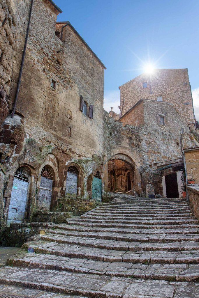 Una grande scalinata all'interno del borgo di Pitigliano, ecco cosa vedere in Maremma