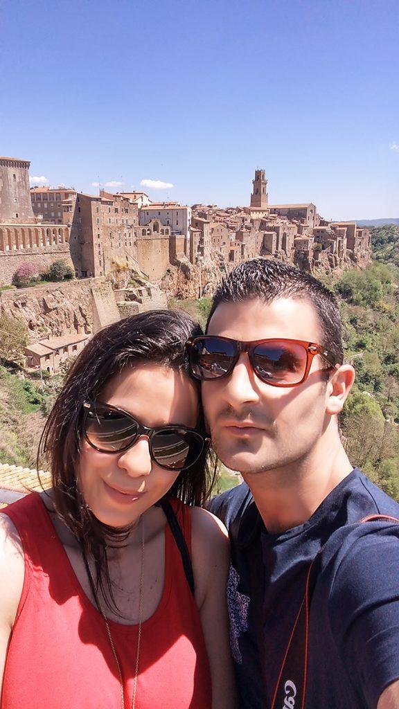Un selfie con alle spalle il borgo di Pitigliano, ecco cosa vedere in Maremma