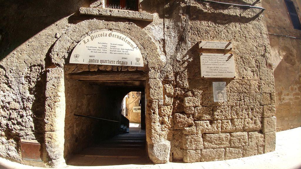 Una scalinata che conduce alla Sinagoga di Pitigliano, ecco cosa vedere in Maremma