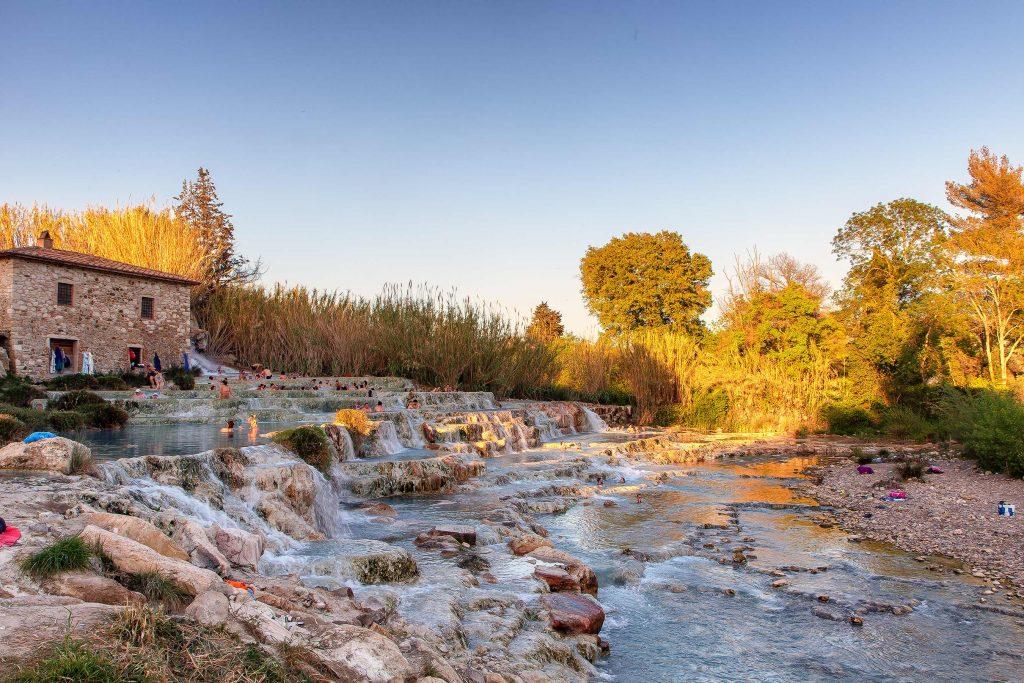 Una serie di vasche di acqua termale situate in provincia di Grossetto, le terme di Saturnia. Ecco cosa vedere in Maremma