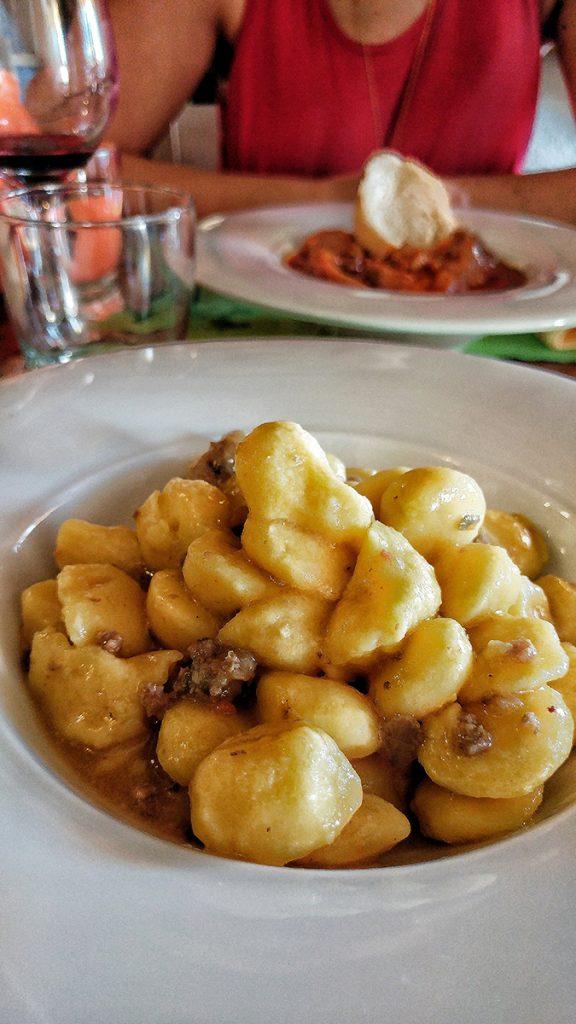 un piatto di gnocchi al ragù bianco d'anatra - trattoria il Grillo - Ecco cosa vedere in Maremma
