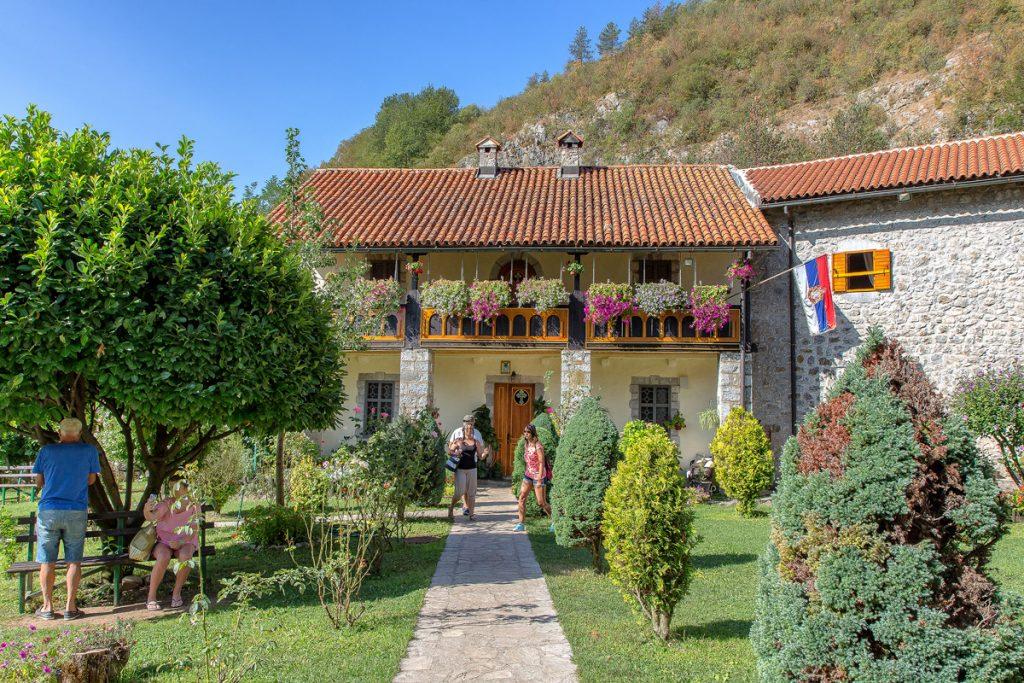 casette colorate all'nterno del monastero di Moraca, ecco cosa vedere durante le vacanze in Montenegro