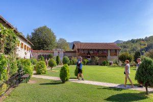 giardino all'interno del Monastero Moraca, ecco cosa vedere durante le vacanze in Montenegro