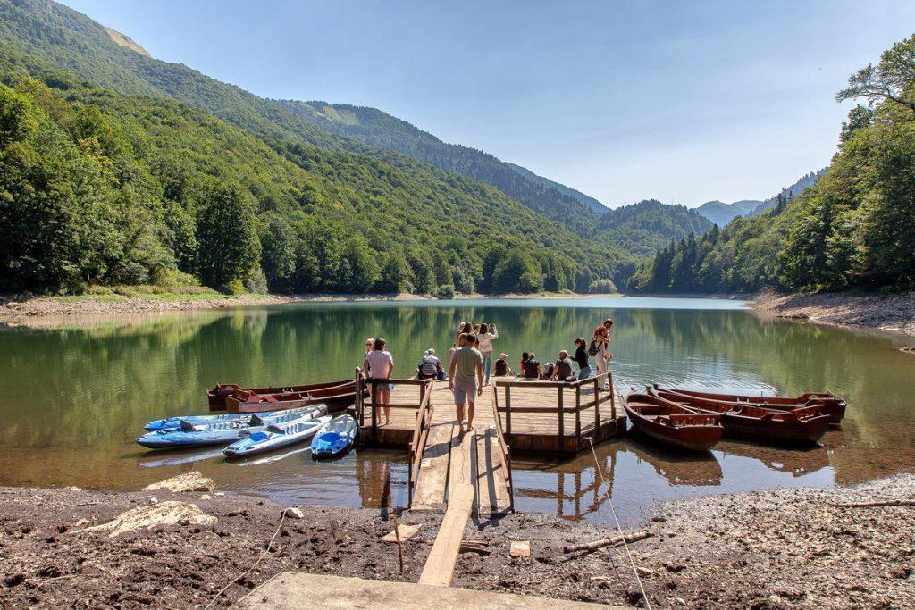 laghett con al centro una piattaforma dove noleggiare delle barche a remi. Attività da fare durante le vacanze in Montenegro