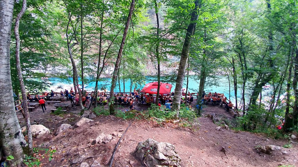 punto ristoro a metà percorso del rafting durante le vacanze in Montenegro