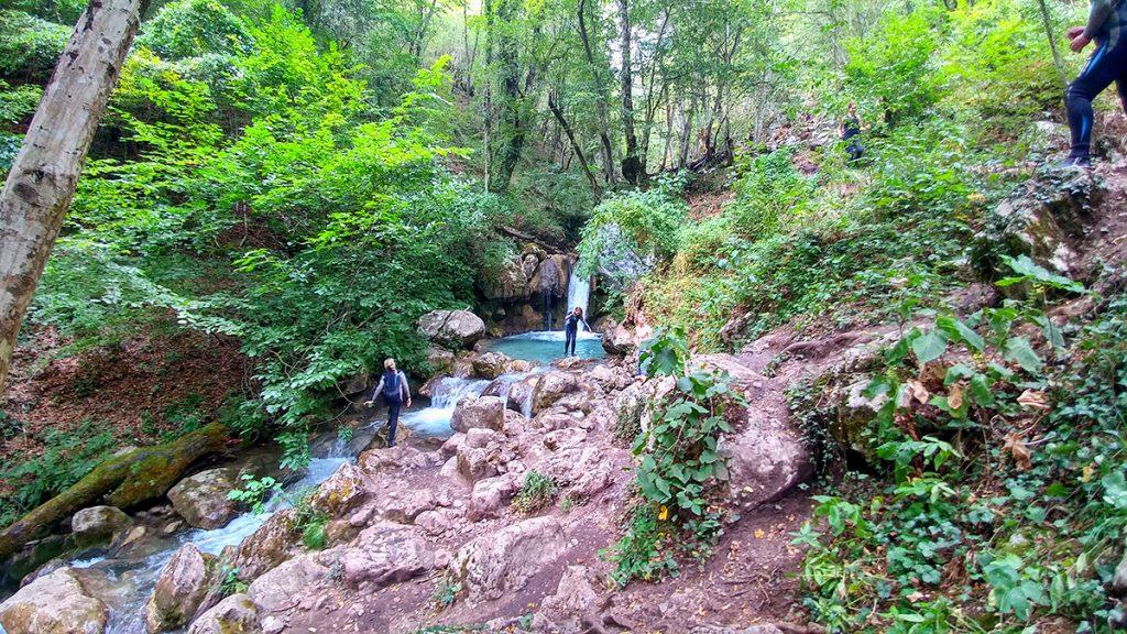 una cascata nel bel mezzo della foresta, vista durante le vacanze in Montenegro